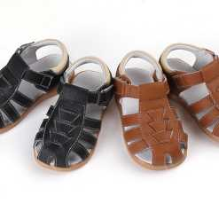 Klassikalised poiste sandaalid